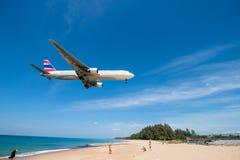 Orientez l'atterrissage d'avion thaïlandais de voie aérienne à l'aéroport de phuket Photographie stock