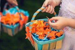 Origâmi do papel colorido em uma cesta Decoração do casamento de p colorido Foto de Stock