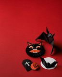 Origâmi dos símbolos de Dia das Bruxas em um fundo vermelho Fotografia de Stock Royalty Free
