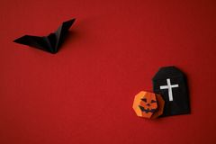 Origâmi dos símbolos de Dia das Bruxas em um fundo vermelho Foto de Stock Royalty Free