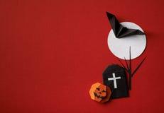 Origâmi dos símbolos de Dia das Bruxas em um fundo vermelho Fotos de Stock Royalty Free