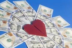 Origâmi e notas de dólar de papel vermelhos do coração no azul Imagens de Stock