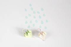 Origâmi guarda-chuva e conceito da chuva Fotografia de Stock Royalty Free