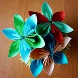 Origâmi: um vaso de papel com flores fotografia de stock