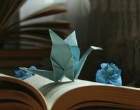 origami、书和蓝色花 免版税库存照片