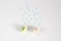 Origami伞和雨概念 免版税图库摄影