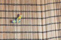 Origami在一张竹席子的丝带装饰 免版税图库摄影