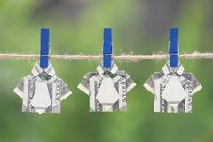 Origami在垂悬的自然绿色背景的美元衬衣 免版税库存照片