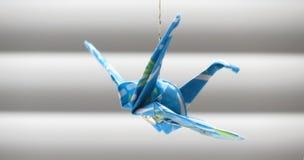 Origami垂悬的起重机 库存照片