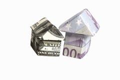 Origami房子被隔绝的由500张欧洲和100美元钞票做成 免版税库存照片