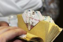 Origami由金钱做了作为婚礼的一件礼物 免版税库存图片