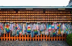 Origami起重机和祷告片剂 免版税库存照片