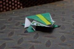 Origami,一只色的青蛙 库存照片