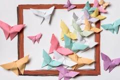 Origami Много покрашенных бабочек на белой странице Стоковая Фотография RF