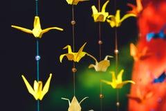 Origami от покрашенной бумаги в форме кранов вися на st стоковое изображение