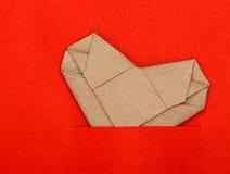 Origami рециркулирует бумажное сердце на красной бумаге Стоковая Фотография RF