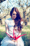 有origami起重机的女孩 免版税图库摄影