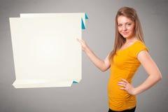 拿着白色origami平装本空间的少妇 免版税库存照片