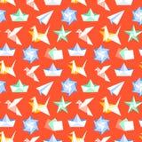 Origami bezszwowy wzór z płaskimi ikonami Papierowi żurawie, ptak, łódź, płaskiego wektoru ilustracje Barwiona tło czerwień ilustracja wektor