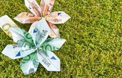 Origami-Blüten auf Moos stockbilder