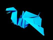 Origami-blauer Drache lokalisiert auf Schwarzem Stockfotos