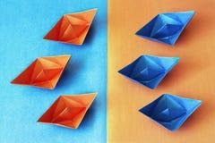 Origami Blauwe en oranje document boten Royalty-vrije Stock Foto