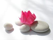 Origami de fleur de lotus, cailloux Photos stock