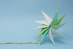 Origami de la estrella en la cuerda de rosca imágenes de archivo libres de regalías
