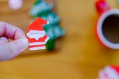 Origami de papier Santa Claus en main Photos libres de droits