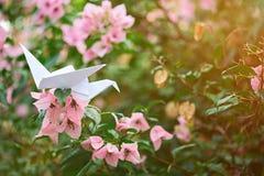 Origami de papier sur la branche de fleur Image libre de droits
