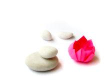 Origami del loto, guijarros blancos Imagenes de archivo