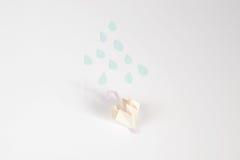 Origami deszczu i parasola pojęcie Obrazy Royalty Free