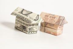 Origami dom robić 1 dolara i Indiańskiej rupii banknot zdjęcia stock
