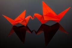 Origami fåglar Fågelförälskelse Fågelkyss Svart bakgrund Royaltyfria Foton