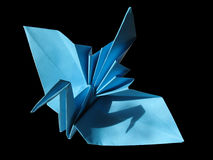 Origami festlicher Kran getrennt auf Schwarzem Stockfoto