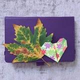 Origami hjärta och blad royaltyfri foto