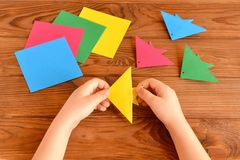 Origami kolorowa ryba, papierowi prześcieradła, nożyce Dziecko chwytów papieru prześcieradło w jego ręki i robić origami ryba Zdjęcie Stock