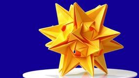 Origami kosmisch lichaam op blauwe achtergrond stock video