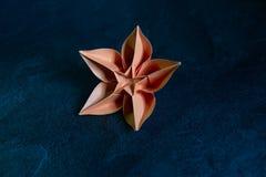Origami kwiatu okwitni?cie - Papierowa sztuka na Textured tle obrazy royalty free