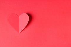Origami papieru serce na czerwonym tle Obraz Royalty Free
