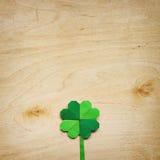 Origami papieru zieleni shamrock koniczynowy liść na lekkim sklejkowym tle Obrazy Stock
