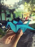 Origami ptak w ręce zdjęcie royalty free