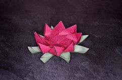Origami rose Lotus Flower - art de papier sur le fond texturis? photo libre de droits