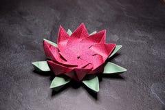 Origami rose Lotus Flower - art de papier sur le fond texturis? photo libre de droits