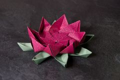Origami rose Lotus Flower - art de papier sur le fond texturis? image libre de droits