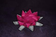 Origami rose Lotus Flower - art de papier sur le fond texturis? images libres de droits