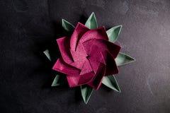 Origami rose Lotus Flower - art de papier sur le fond texturis? photographie stock