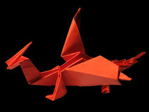 Origami-roter Drache lokalisiert auf Schwarzem 2 Stockfotografie