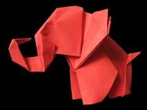 Origami roter Elefant getrennt auf Schwarzem Lizenzfreies Stockfoto