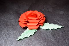 Origami rouge Rose Blossom - art de papier sur le fond texturis? photo stock